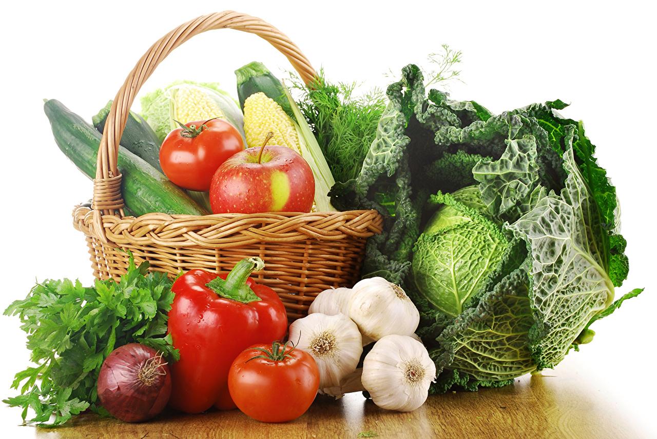 Fotos Kohl Tomate Zwiebel Äpfel Knoblauch Weidenkorb Gemüse Peperone Lebensmittel Weißer hintergrund