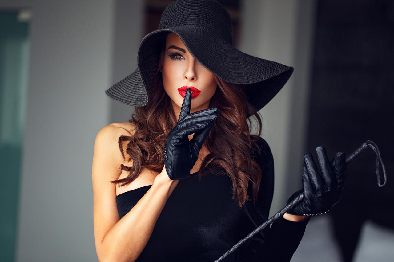 Картинка Шатенка Перчатки жесты Шляпа девушка рука Взгляд шатенки перчатках Жест шляпы шляпе Девушки молодая женщина молодые женщины Руки смотрит смотрят