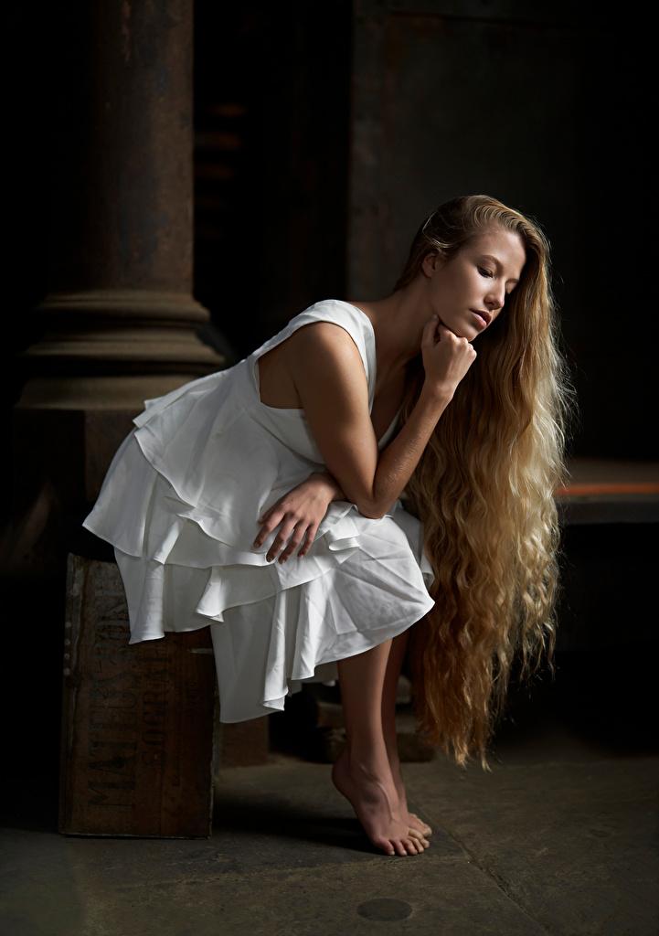 Foto Blond Mädchen posiert Haar Mädchens Sitzend Kleid  für Handy Blondine Pose junge frau junge Frauen sitzt sitzen