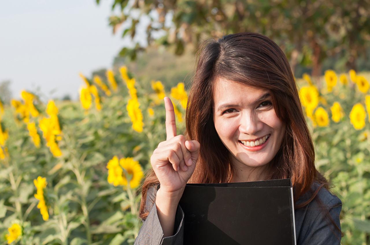 Bilder von Braunhaarige Lächeln junge frau Finger Blick Braune Haare Mädchens junge Frauen Starren