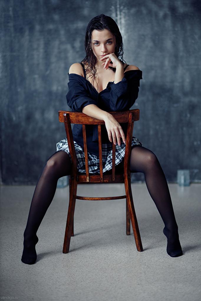 Fotos von Evgeniy Bulatov Rock Nastya Bluse junge Frauen Bein Hand Stuhl sitzt Blick  für Handy Mädchens junge frau sitzen Stühle Sitzend Starren