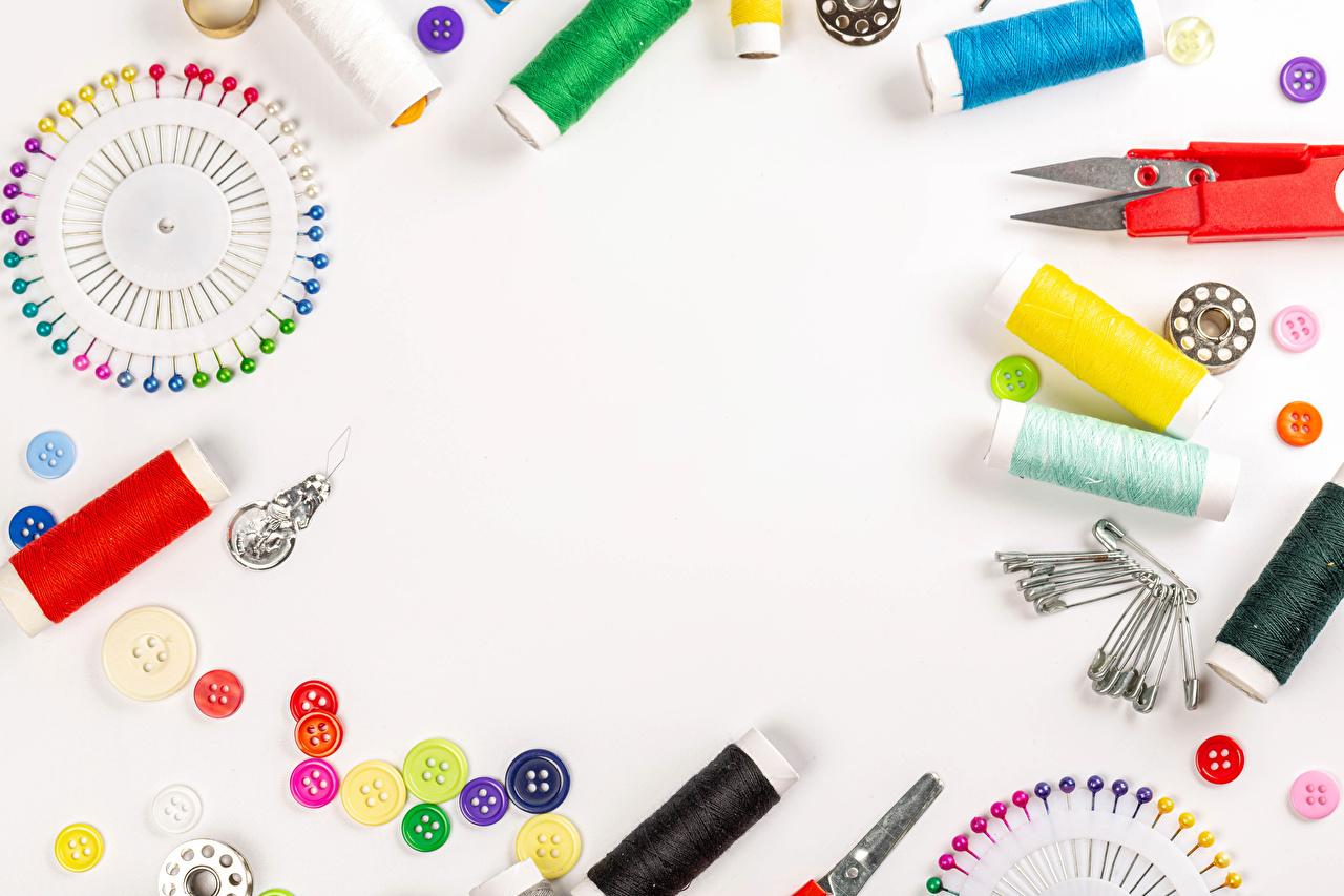 、はさみ、縫い糸、白背景、ボタン、、