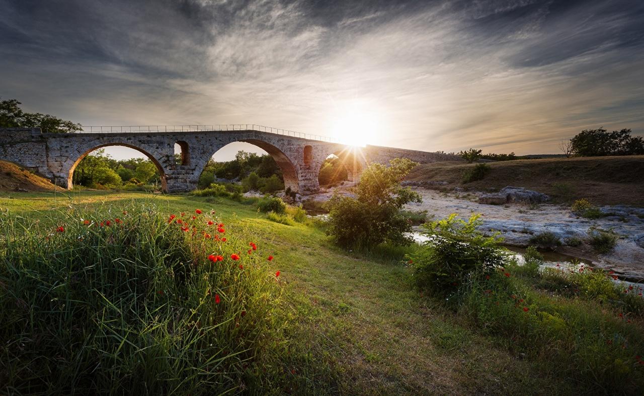Levers et couchers de soleil Pavot Ponts Herbe Ruisseau l'aube et le coucher du soleil, pavots, pont, ruisseaux Nature
