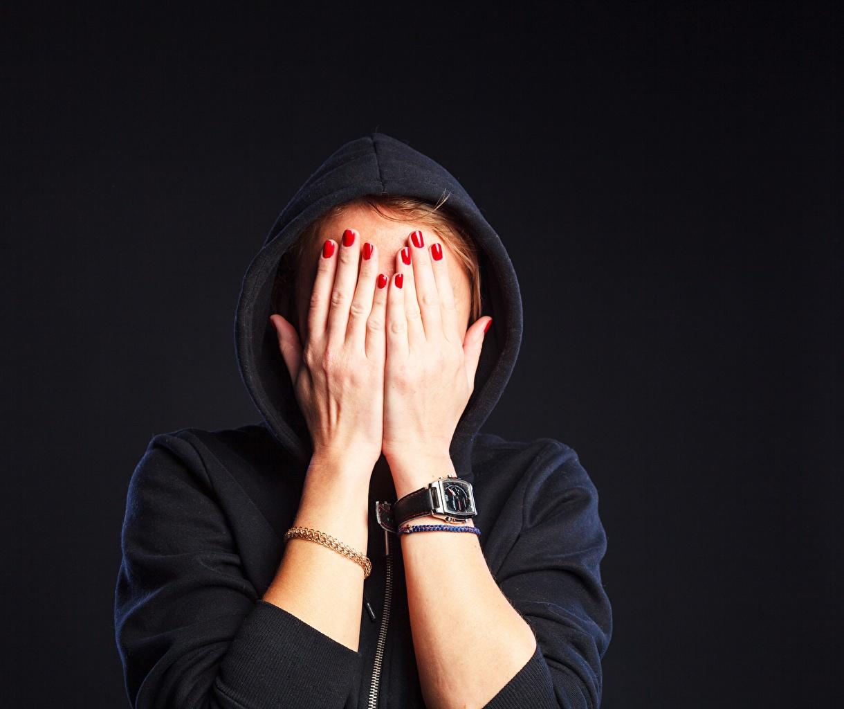 Desktop Hintergrundbilder Maniküre Armbanduhr junge Frauen Hand Kapuze Mädchens junge frau