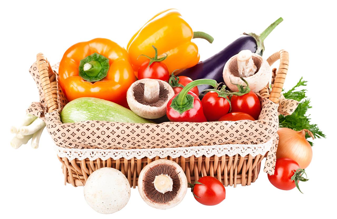 Bilder Tomate Pilze Weidenkorb Gemüse Peperone Lebensmittel Weißer hintergrund