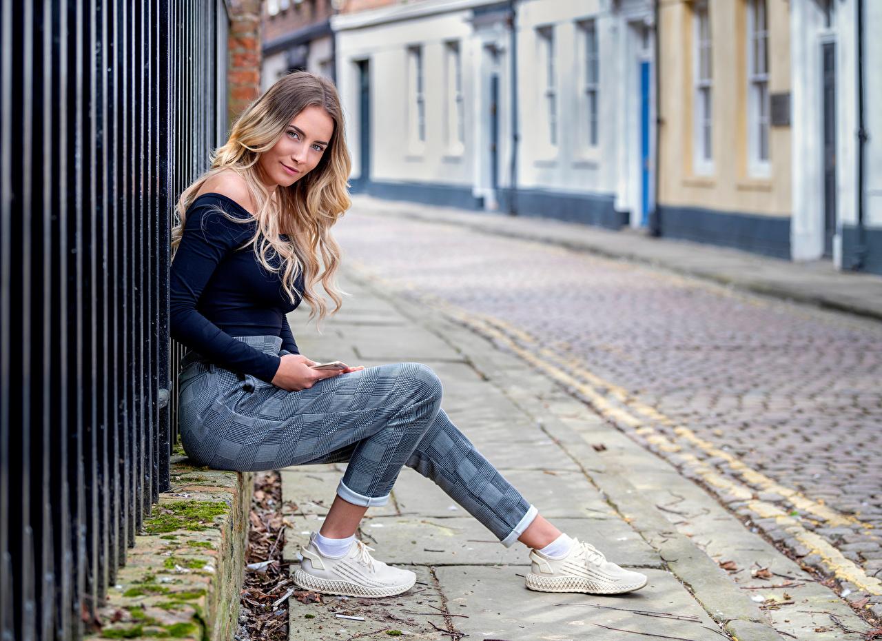 Bilder von Lächeln Wikky Mädchens Stadtstraße Sitzend Blick junge frau junge Frauen Straße sitzt sitzen Starren