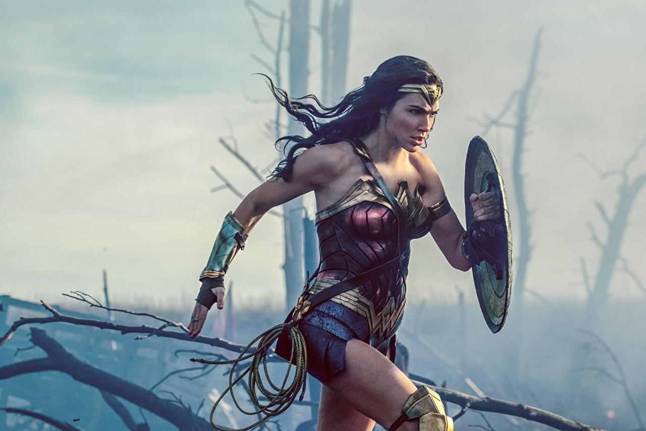 Mulher-Maravilha Herói Mulher Maravilha (filme) Gal Gadot Heróis de quadrinhos Correndo Escudo jovem mulher, mulheres jovens, moça, super-heróis, Corrida Filme Meninas Celebridade