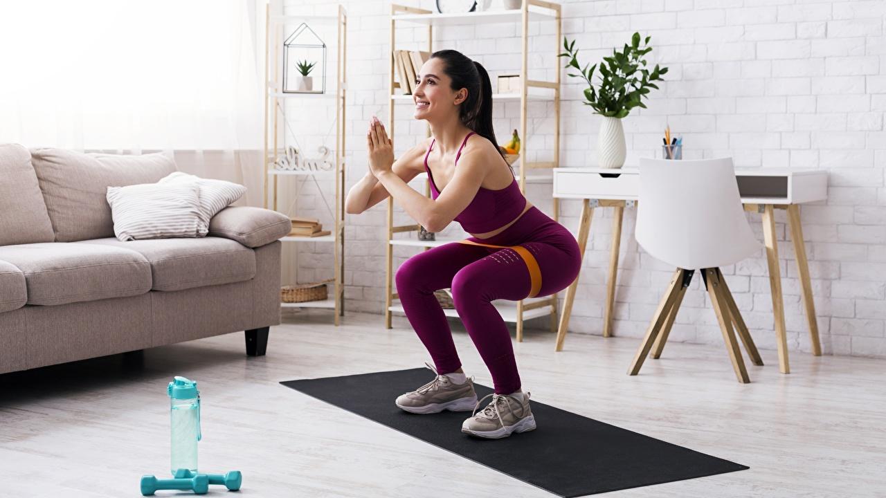 zdjęcie Ćwiczenia fizyczne Uśmiech kuca pozować Fitness sportowe Dziewczyny Przysiady Poza Sport sportowy dziewczyna młoda kobieta młode kobiety