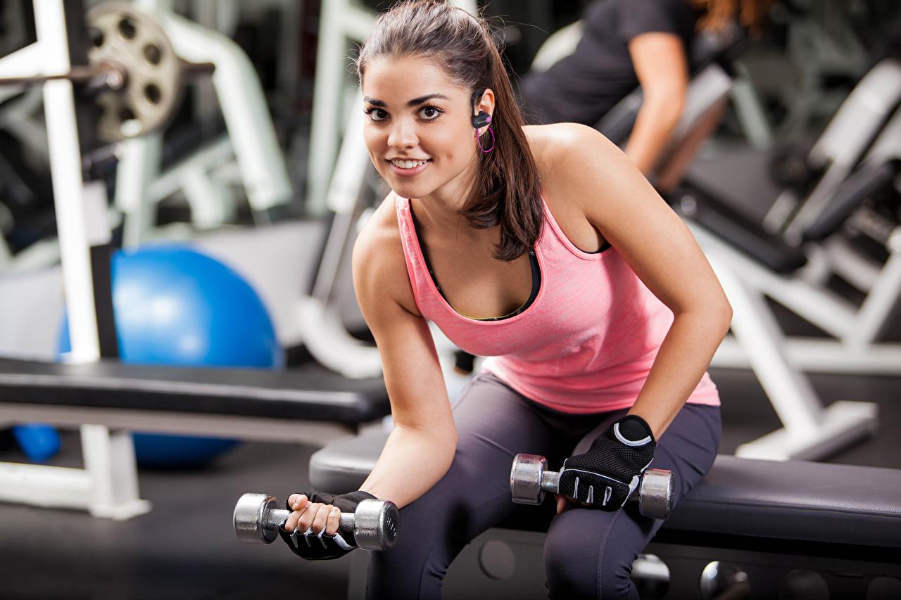 Desktop Hintergrundbilder Trainieren Lächeln Fitness Sport Hantel Mädchens Unterhemd sitzen Körperliche Aktivität Hanteln junge frau sportliches junge Frauen sitzt Sitzend