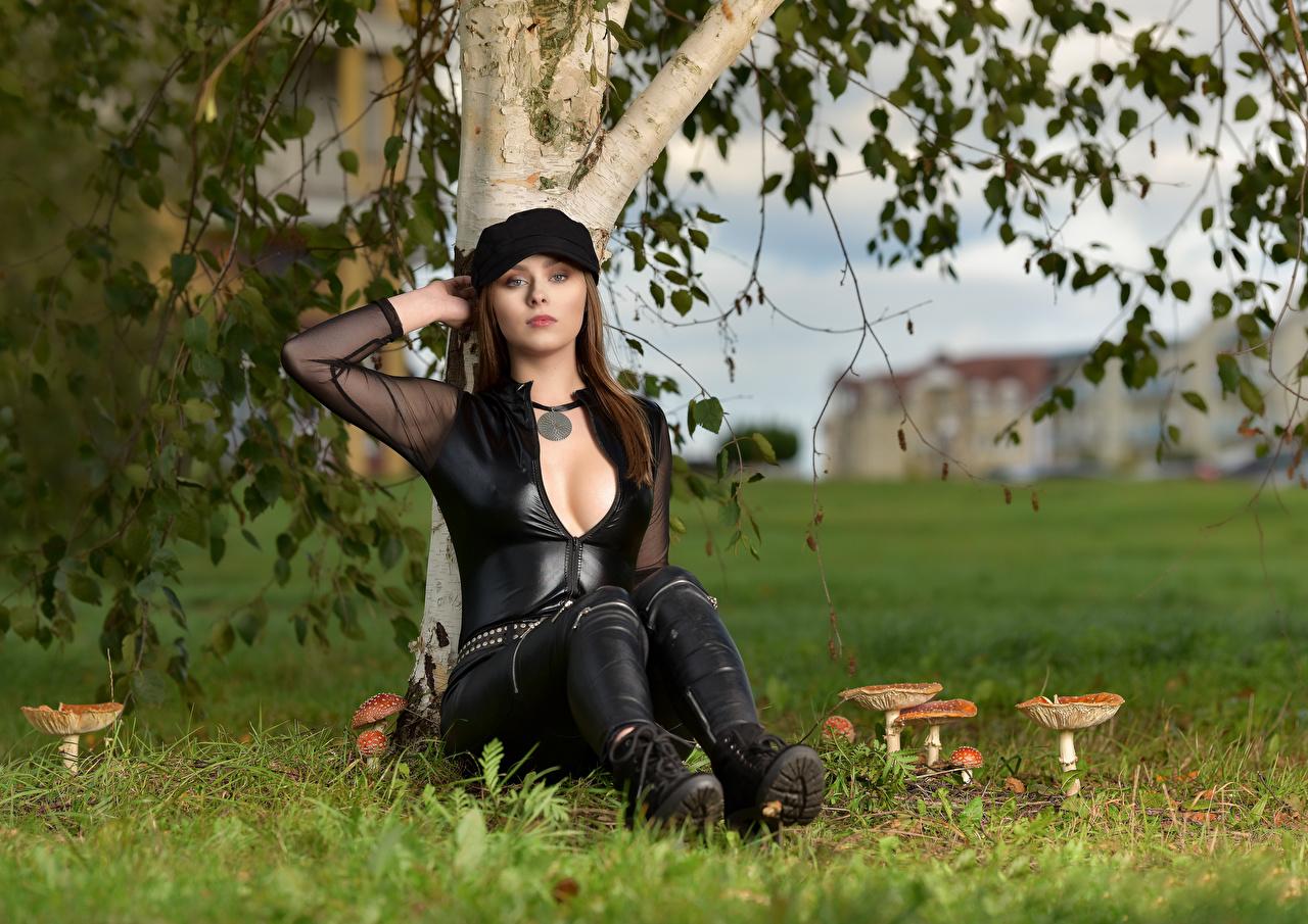 Fotos von Model Emilka Plotrowska dekolletee Bluse Mädchens Sitzend Pilze Natur Starren Baseballcap Dekolleté junge frau junge Frauen sitzt sitzen Blick baseballkappe baseballmütze
