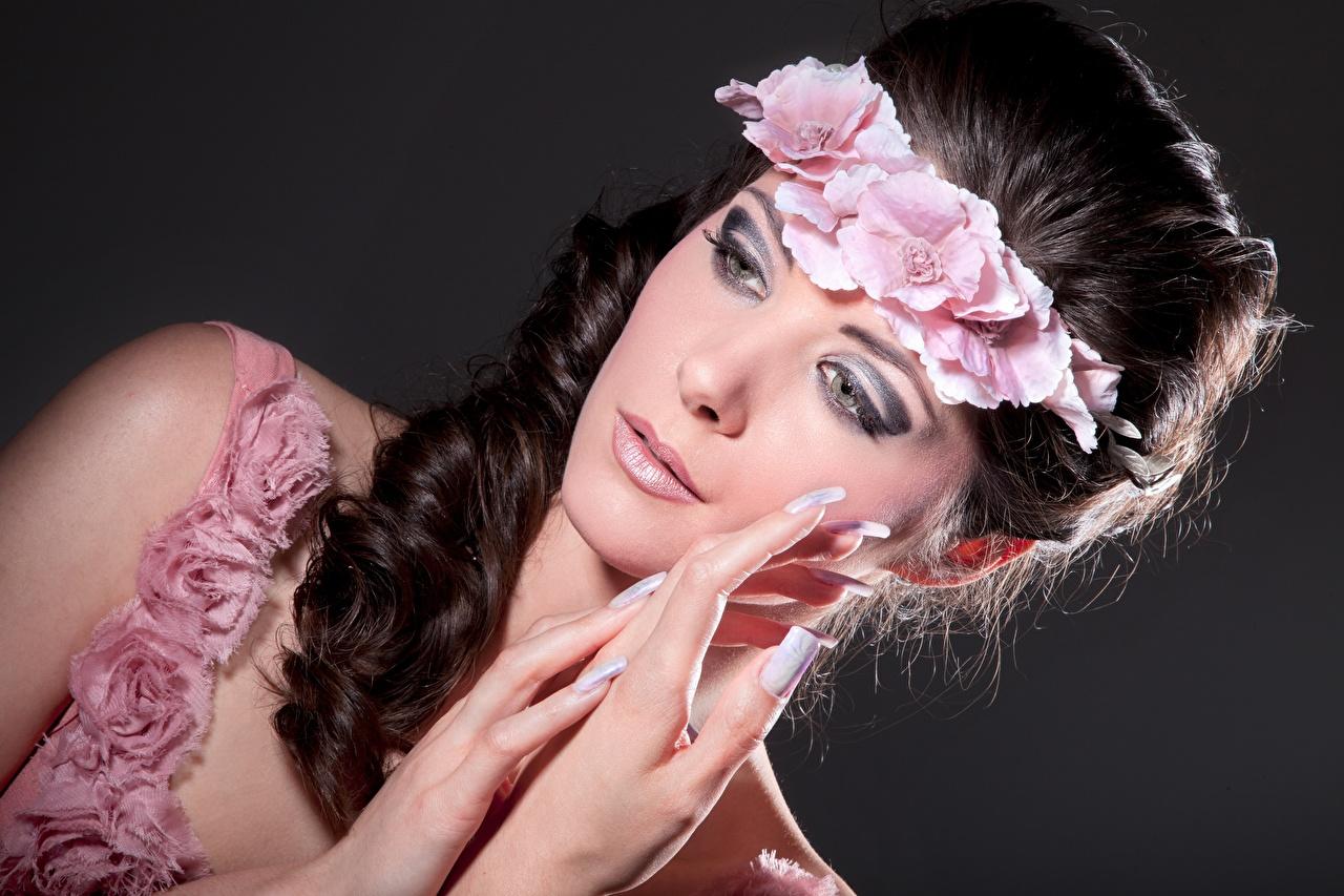 Bilder Model Maniküre Make Up Kranz Mädchens Hand Finger Schminke junge frau junge Frauen
