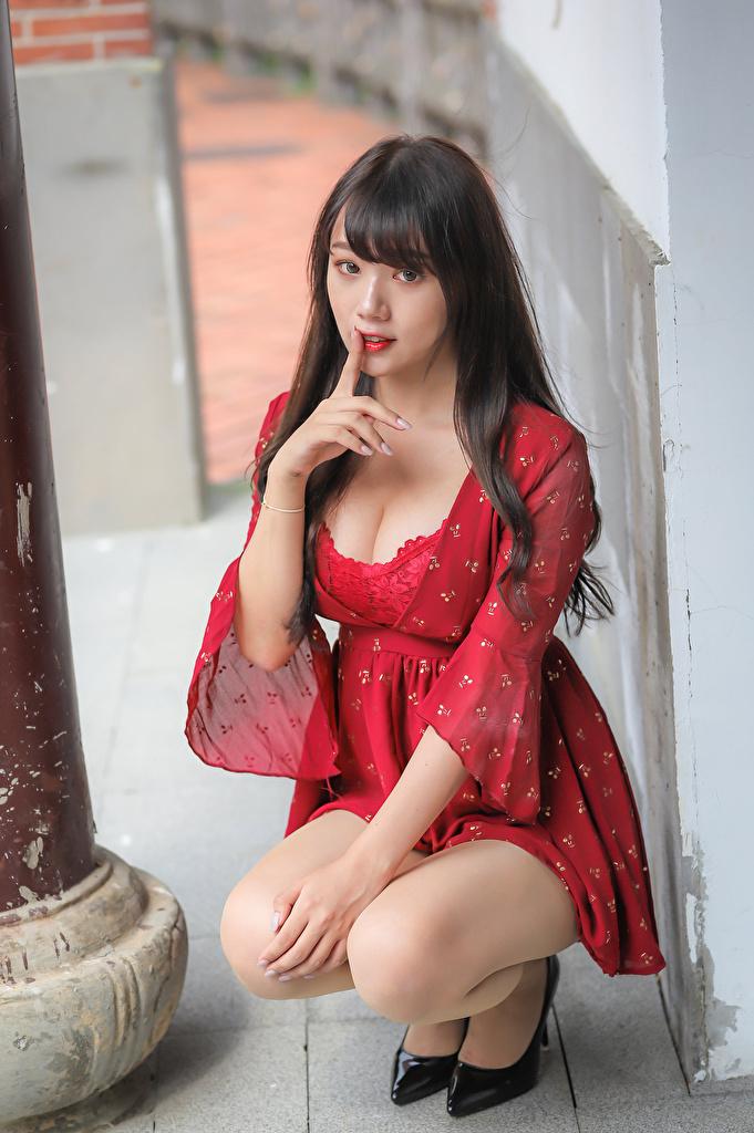 Fotos von Gestik dekolletee junge frau Asiatische sitzt Finger Starren Kleid  für Handy Dekolleté Mädchens junge Frauen Asiaten asiatisches sitzen Sitzend Blick