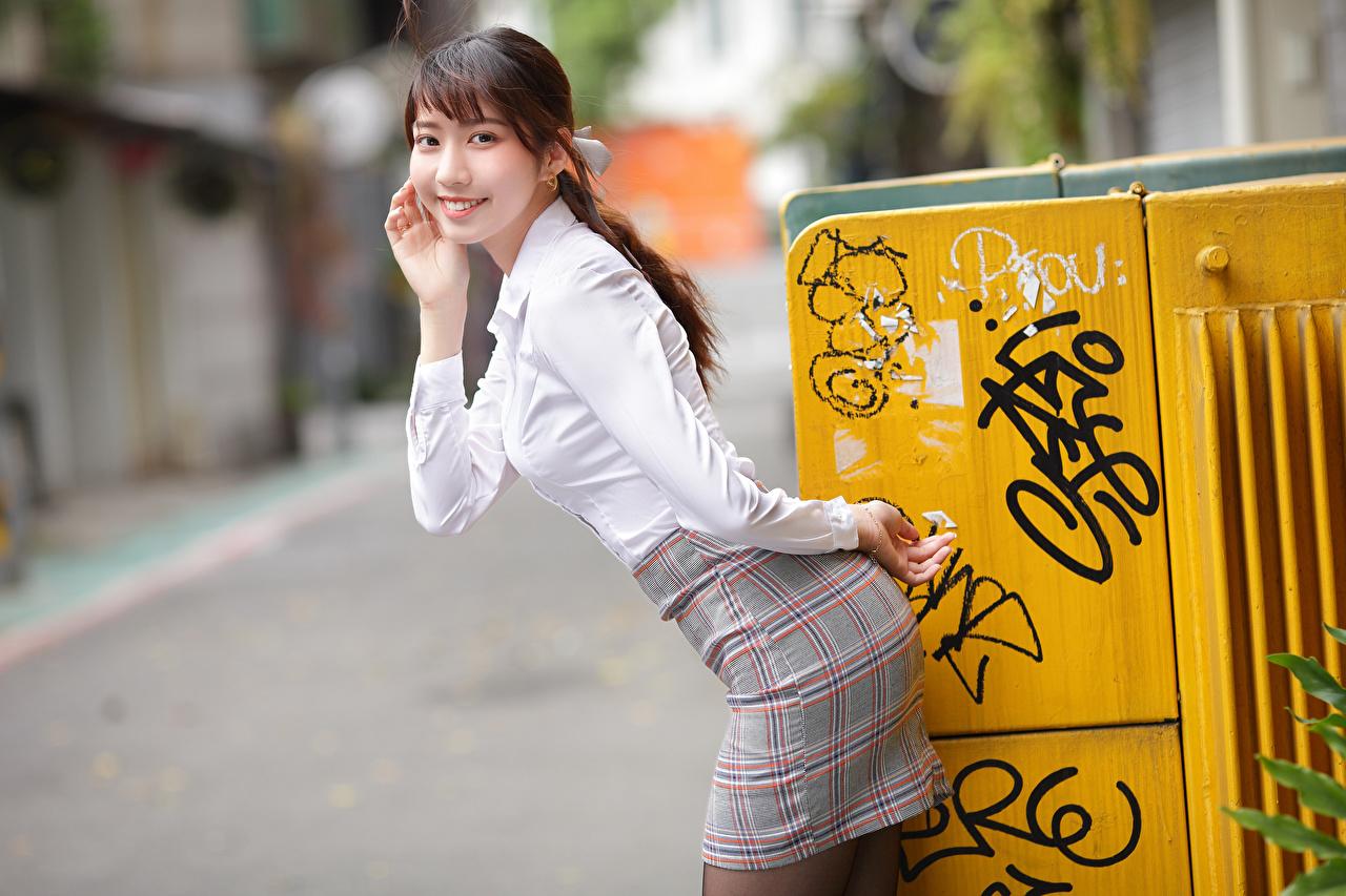 Fotos von Rock Lächeln Bokeh posiert Bluse junge frau Asiaten Blick unscharfer Hintergrund Pose Mädchens junge Frauen Asiatische asiatisches Starren