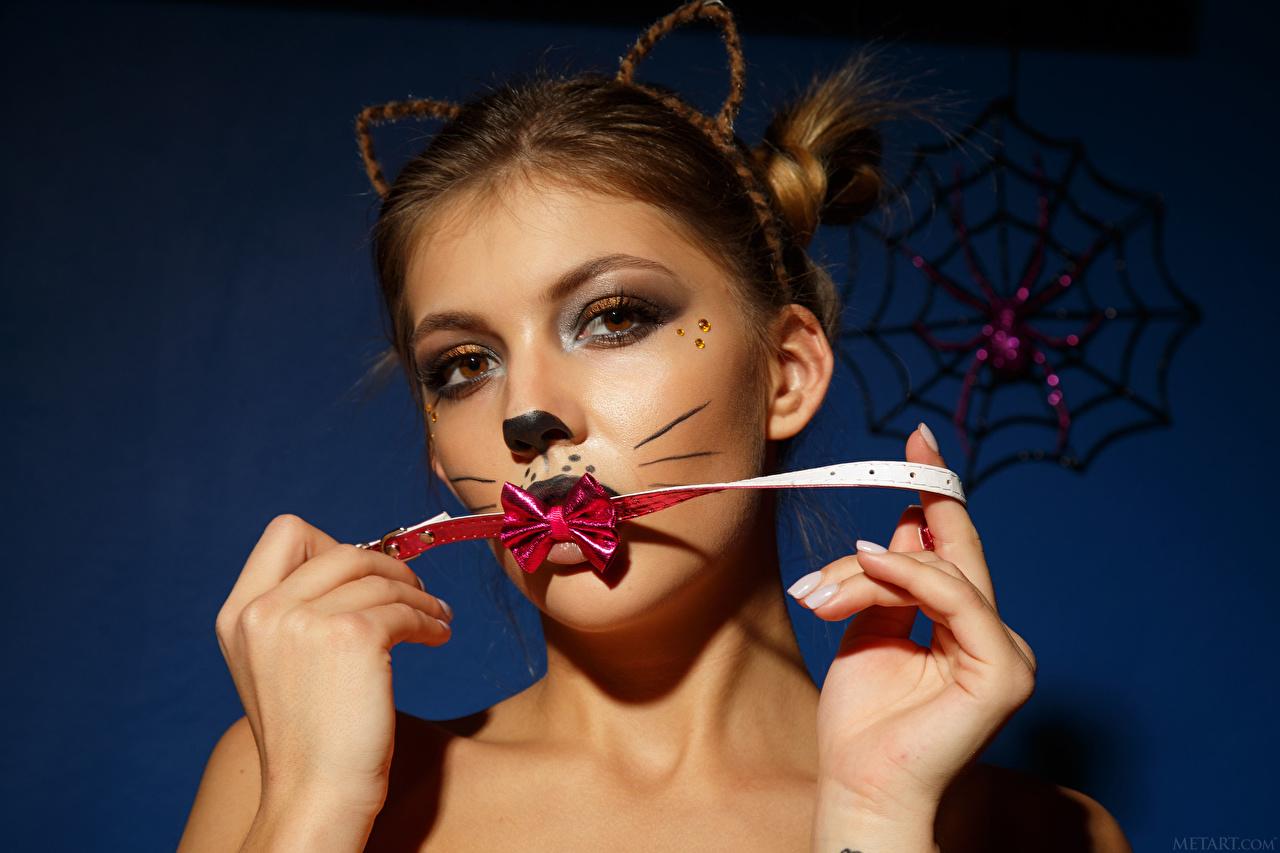 Desktop Hintergrundbilder Monika Dee Make Up junge Frauen Hand Schleife Starren Schminke Mädchens junge frau Blick
