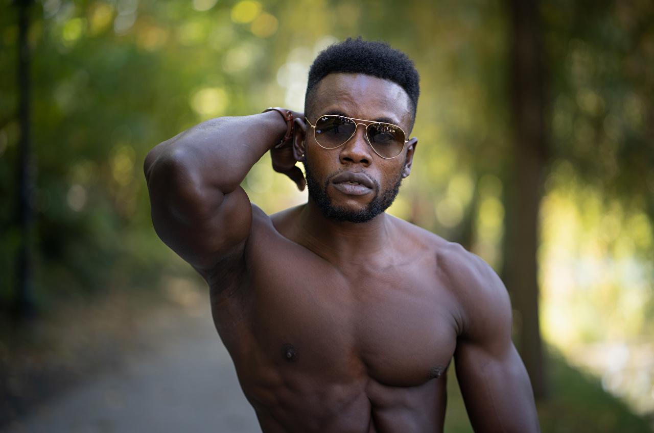 Foto Mann Muskeln unscharfer Hintergrund Neger Brille Bokeh
