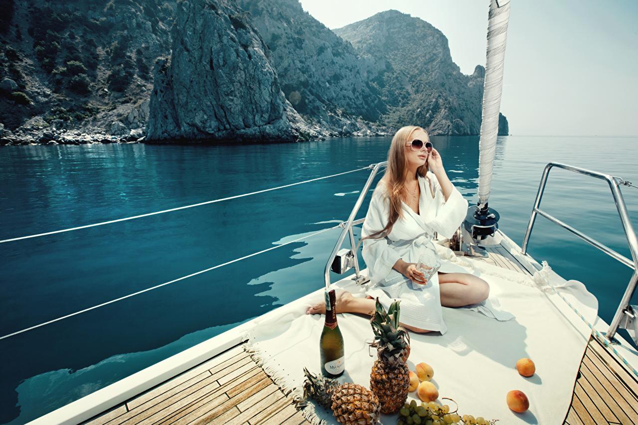 Fotos Picknick Erholung junge Frauen Ananas Jacht sitzt Brille Flasche Ruhen ausruhen Mädchens junge frau Yacht sitzen Sitzend flaschen