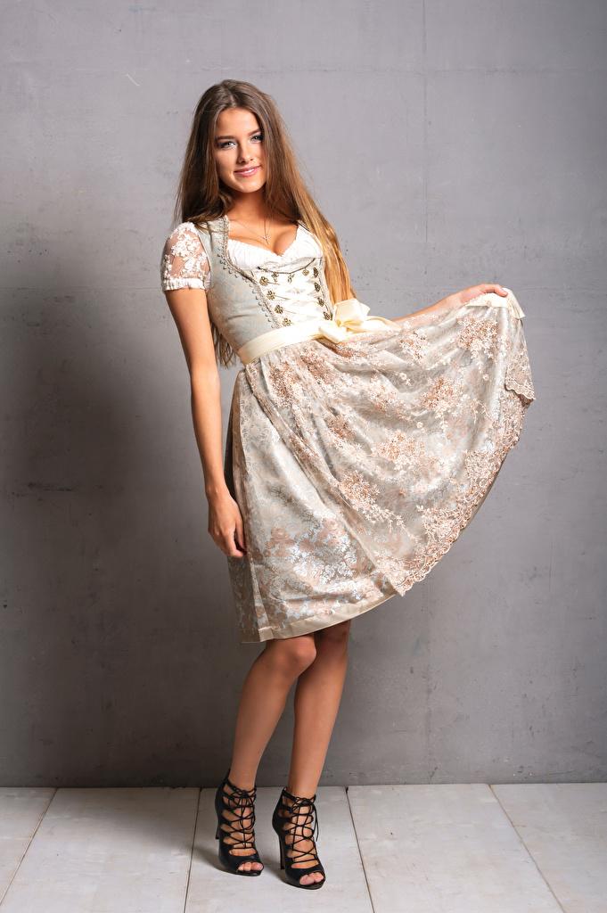 Desktop Hintergrundbilder magd Lächeln Janna posiert Mädchens Uniform Kleid  für Handy Dienstmädchen Pose junge frau junge Frauen