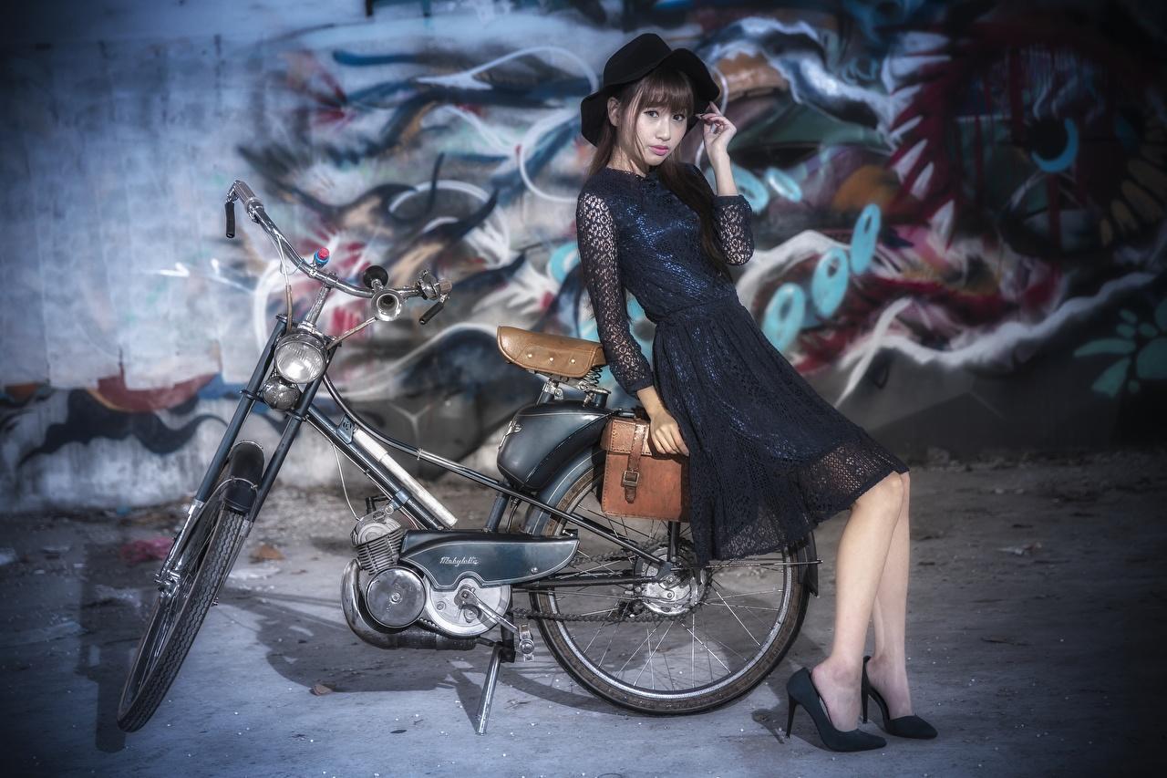 Bilder unscharfer Hintergrund Fahrrad Der Hut junge frau Asiatische Kleid Bokeh fahrräder Mädchens junge Frauen Asiaten asiatisches