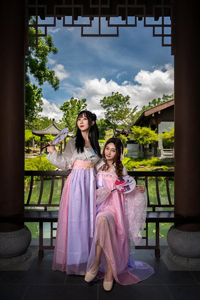 Fotos von 2 junge Frauen asiatisches Kleid  für Handy Zwei Mädchens junge frau Asiaten Asiatische