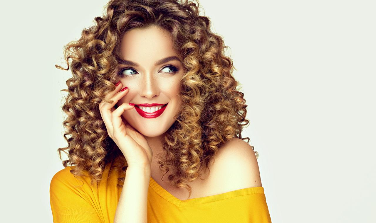 Fotos Braunhaarige Lächeln Lockige schönes junge frau Hand Starren Rote Lippen Grauer Hintergrund Braune Haare locken Schön hübsch schöne hübsche schöner hübscher Mädchens junge Frauen Blick