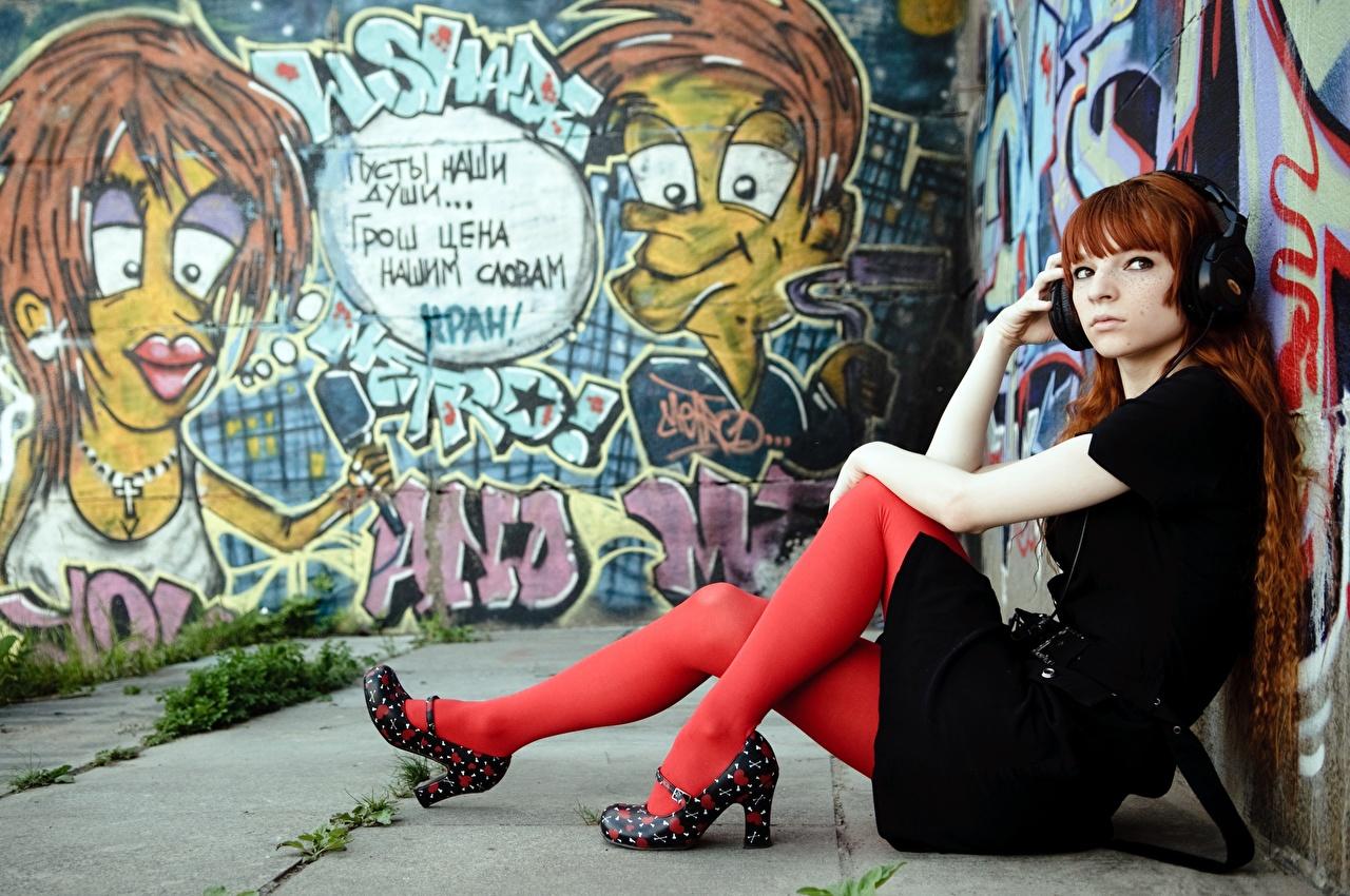 Bilder von Rotschopf Kopfhörer Strumpfhose junge frau Bein Graffiti Hand Sitzend Stöckelschuh Mädchens junge Frauen sitzt sitzen High Heels
