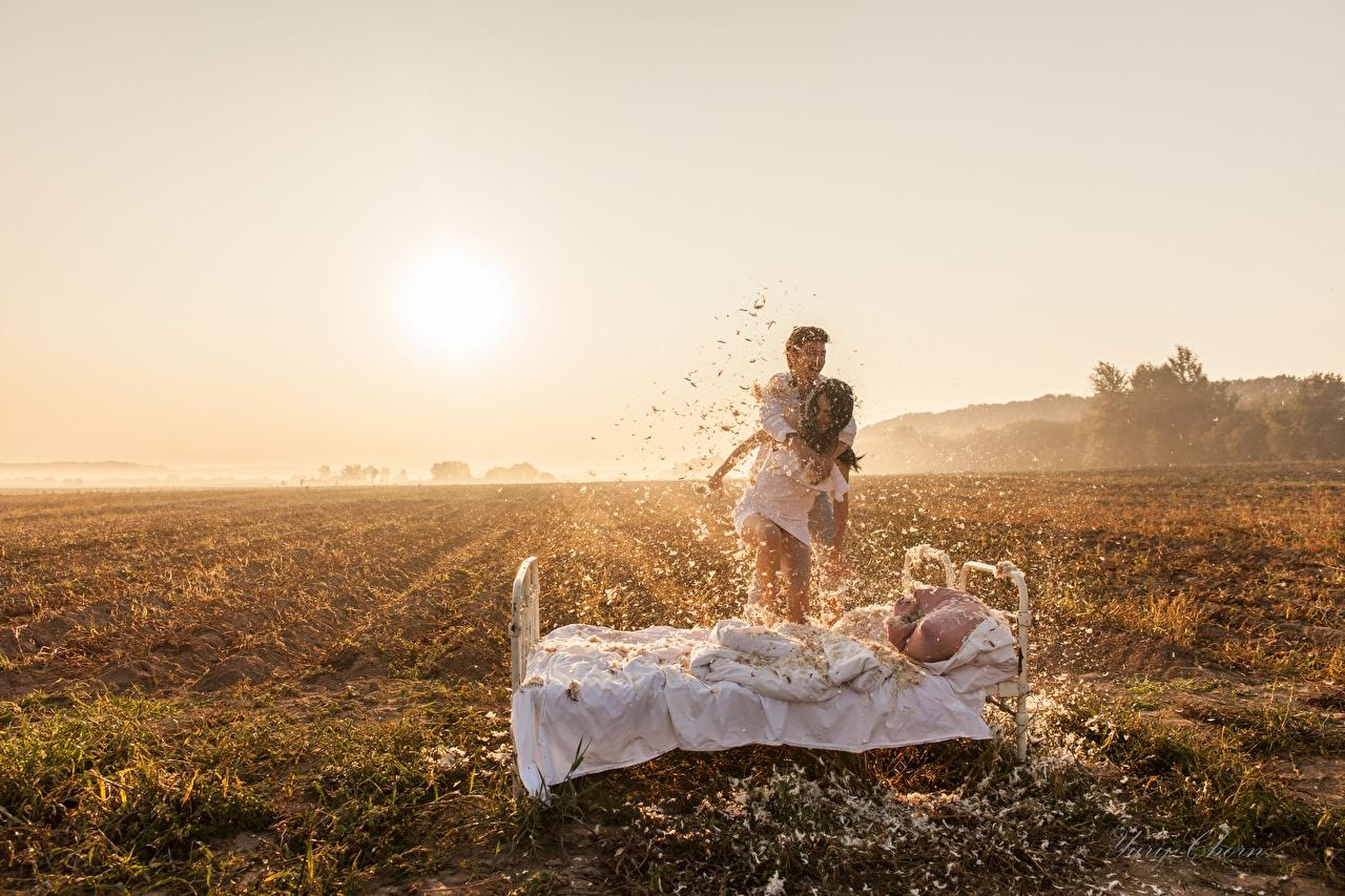 Bilder von Mann Glücklich Zwei Natur Sonne Acker Federn Bett Freude 2 Felder