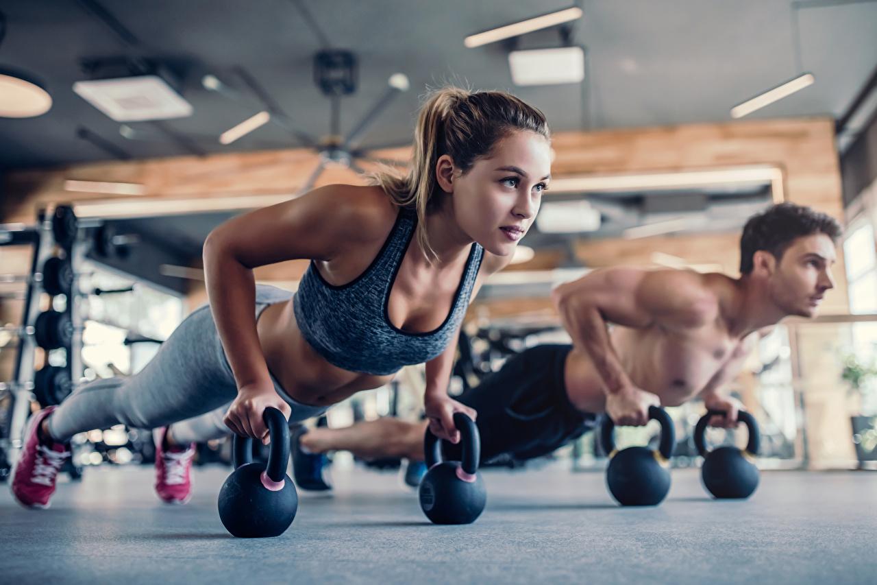 Bilder von Mädchens Liegestütz Braune Haare Mann Körperliche Aktivität Fitness Zwei Unterarmstütz junge frau junge Frauen Braunhaarige Trainieren 2