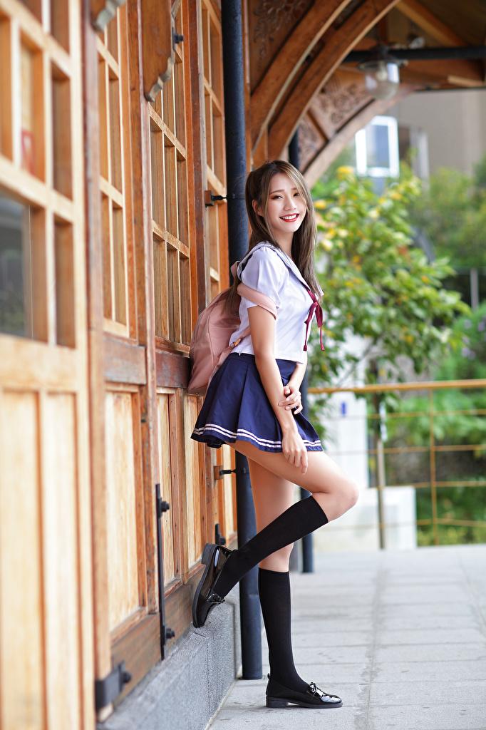 、アジア人、微笑み、ポーズ、制服、女子学生、脚、ニーソックス、凝視、若い女性、少女、用 携帯電話