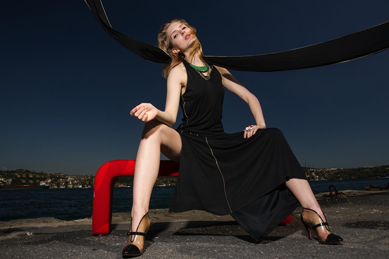 Foto Braune Haare junge frau Bein Hand Abend sitzt Kleid High Heels Braunhaarige Mädchens junge Frauen sitzen Sitzend Stöckelschuh