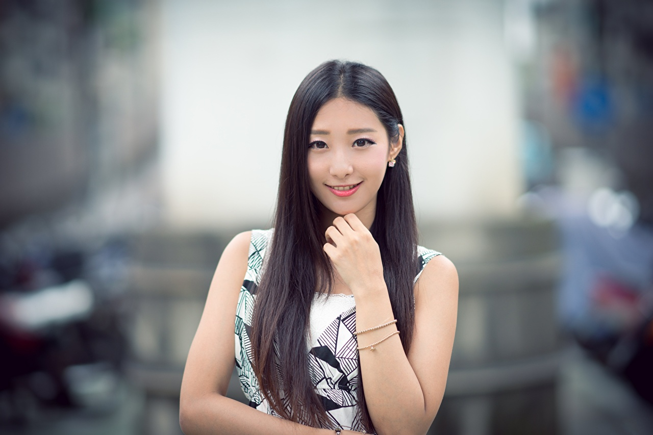 Desktop Hintergrundbilder Brünette Lächeln unscharfer Hintergrund niedlich Haar junge frau Asiaten Hand Blick Bokeh nett Süß süße süßes süßer Mädchens junge Frauen Asiatische asiatisches Starren