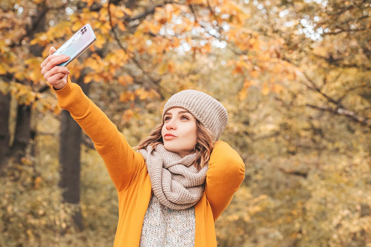 Desktop Hintergrundbilder Braunhaarige Schal Selfie Herbst Mütze junge Frauen Hand Braune Haare Mädchens junge frau