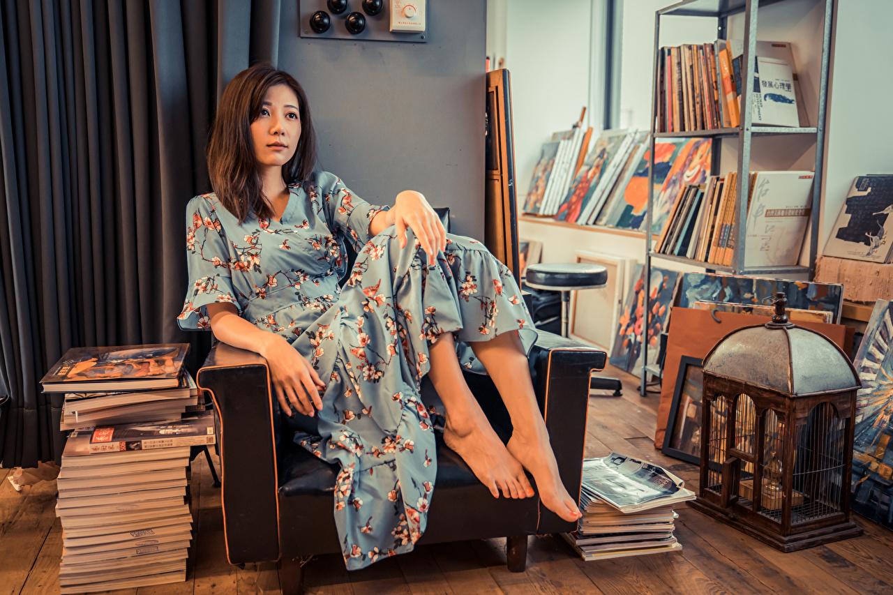 Foto's jonge vrouw Aziaten boeken Fauteuil Jurk Jonge vrouwen aziatisch Boek