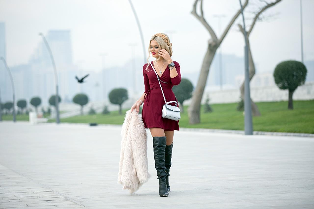 zdjęcia Blondynka Futro Kozaczki Bokeh młode kobiety Nogi torba Sukienka w futrze rozmazane tło dziewczyna Dziewczyny młoda kobieta Torebka
