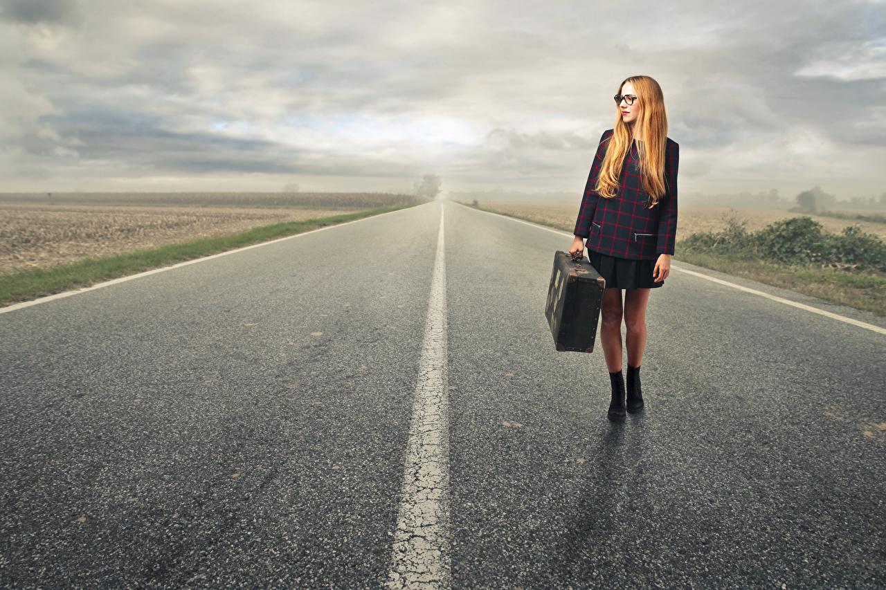 Fotos Rotschopf Mädchens Wege Koffer Straße