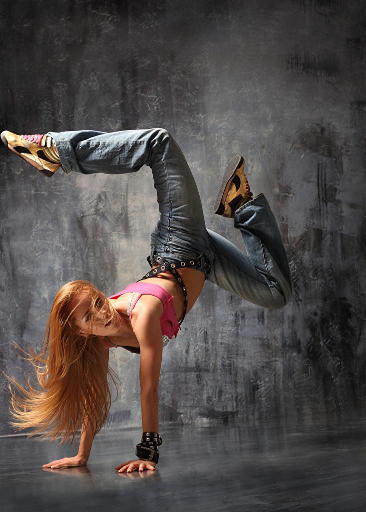 Bilder Blondine Tanz Haar Mädchens Bein Jeans Hand Blond Mädchen Tanzen