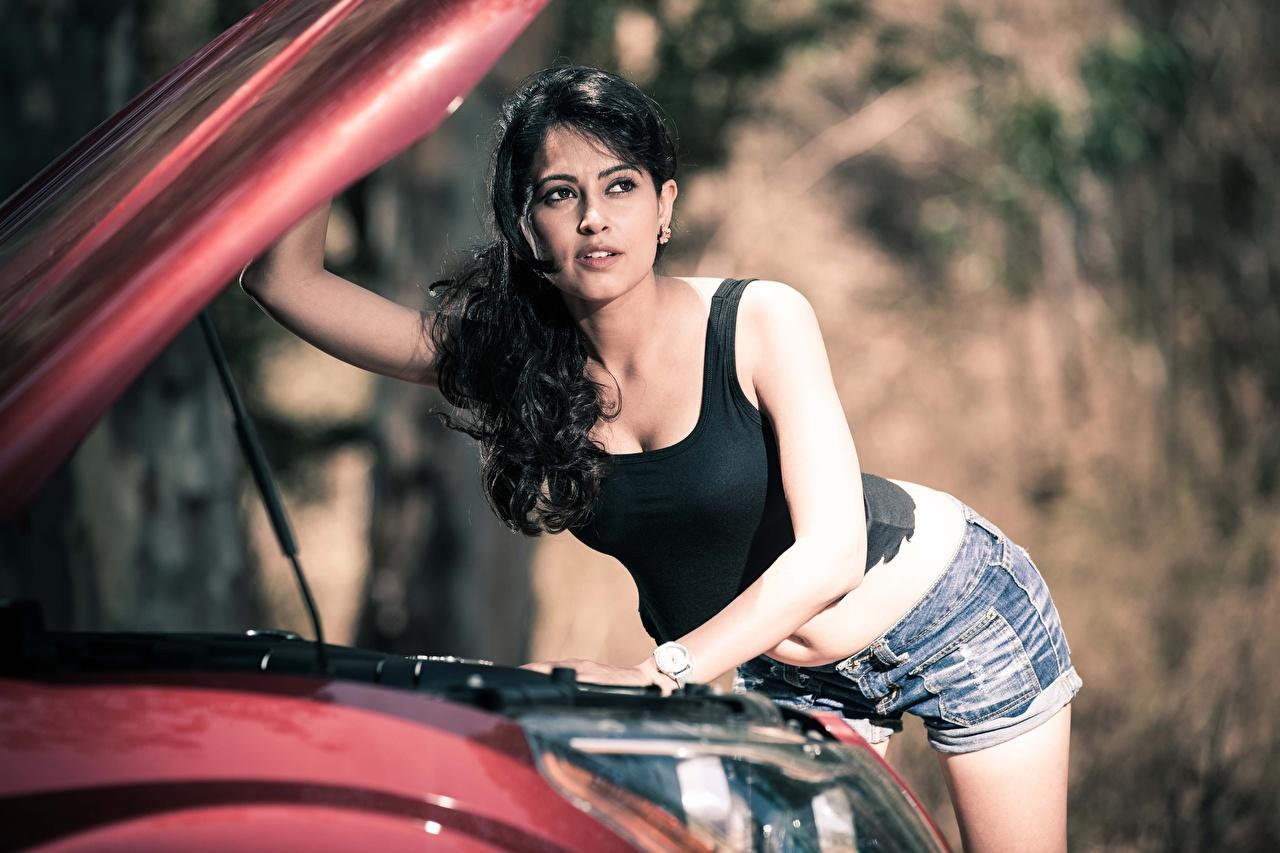 Foto Indian Brünette Bokeh junge Frauen Unterhemd Hand auto Shorts Blick Prominente unscharfer Hintergrund Mädchens junge frau Autos automobil Starren