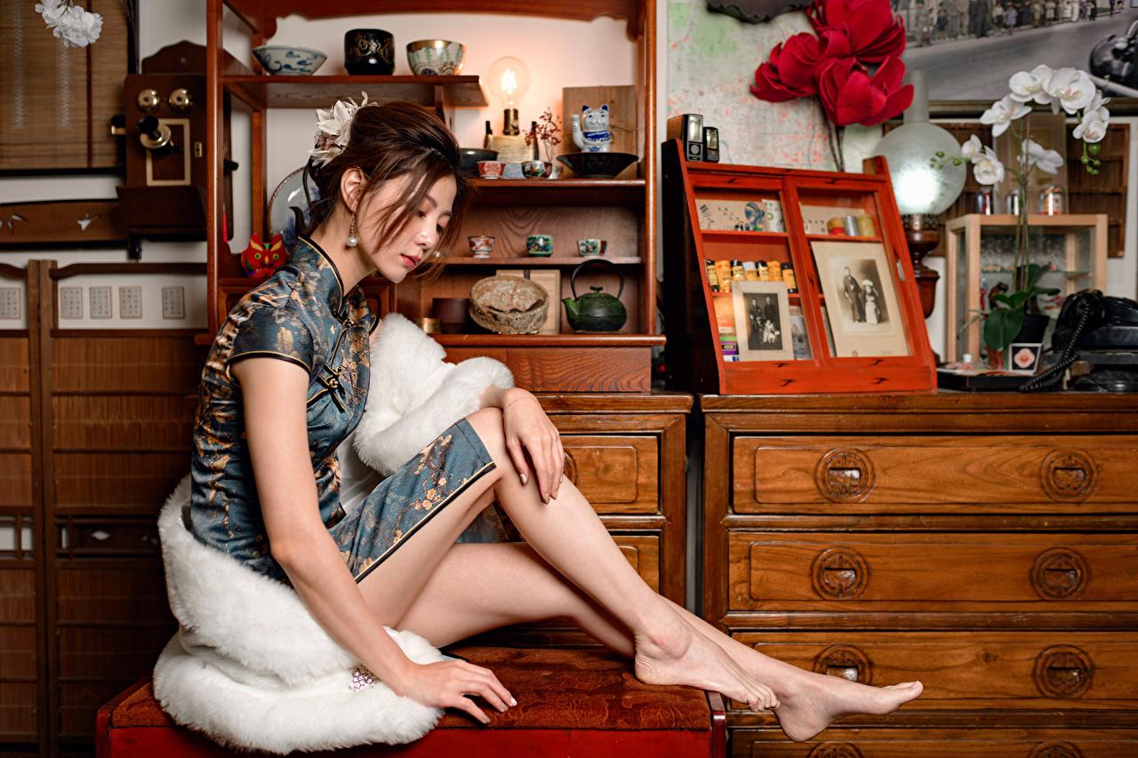 Tapety młoda kobieta Nogi azjatycka siedzą Sukienka dziewczyna Dziewczyny młode kobiety Azjaci Siedzi