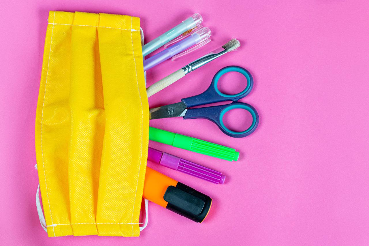 Escuela Coronavirus Máscara Tijera Fondo de color Bolígrafo Pincel