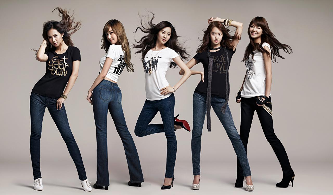 Bilder Brünette Lächeln Girls Generation, Korean Pose T-Shirt junge Frauen Bein Jeans Hand Prominente Grauer Hintergrund posiert Mädchens junge frau