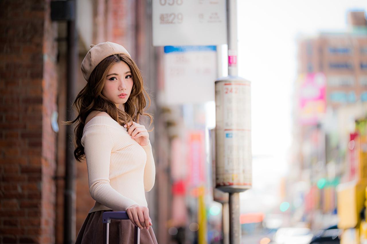Fotos Braune Haare unscharfer Hintergrund Barett Mädchens asiatisches Hand Starren Braunhaarige Bokeh junge frau junge Frauen Asiaten Asiatische Blick