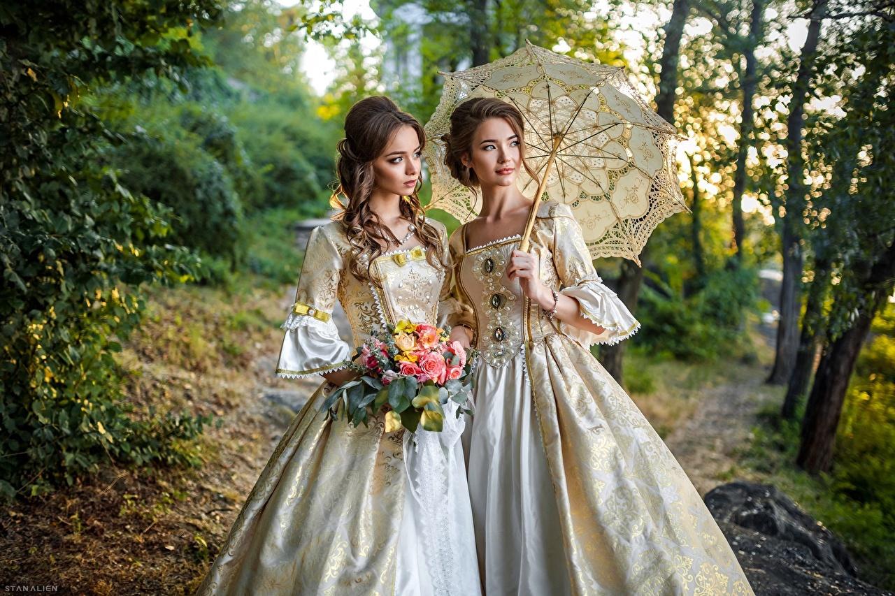 Desktop Hintergrundbilder Braune Haare Blumensträuße Zwei Retro Mädchens Regenschirm Starren Kleid Braunhaarige Sträuße 2 antik junge frau junge Frauen Blick