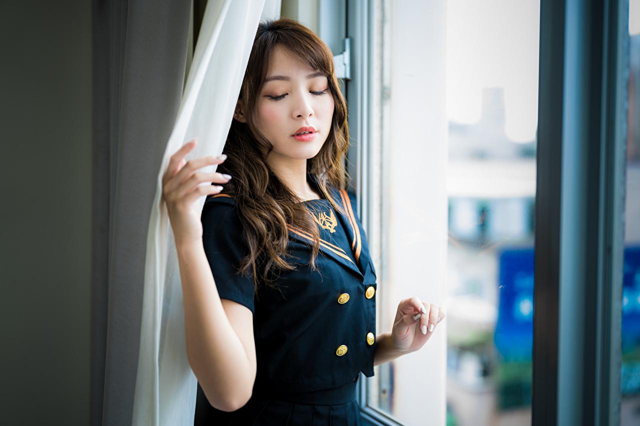 Asiático Bokeh Janela Pose Uniforme Castanhos jovem mulher, mulheres jovens, moça, asiática, Cabelo castanho, Fundo desfocado, posando Meninas