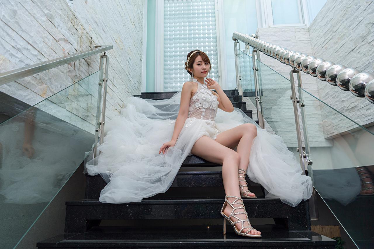 Foto Braut Stiege junge frau Bein Asiatische sitzen Kleid bräute Treppe Treppen Mädchens junge Frauen Asiaten asiatisches sitzt Sitzend