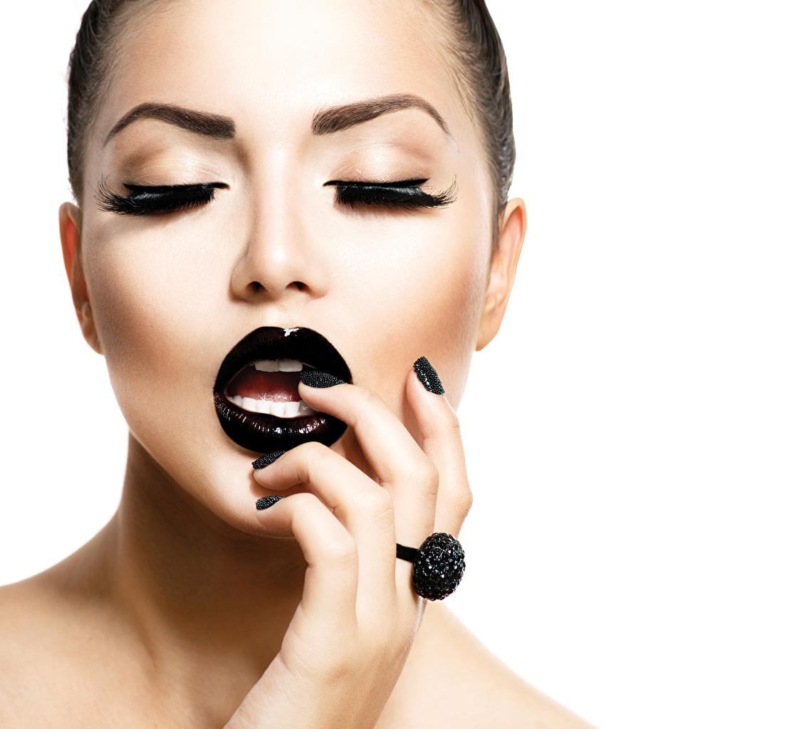 Fotos von Maniküre Schminke Gesicht Schwarz Mädchens Lippe Finger Weißer hintergrund Make Up