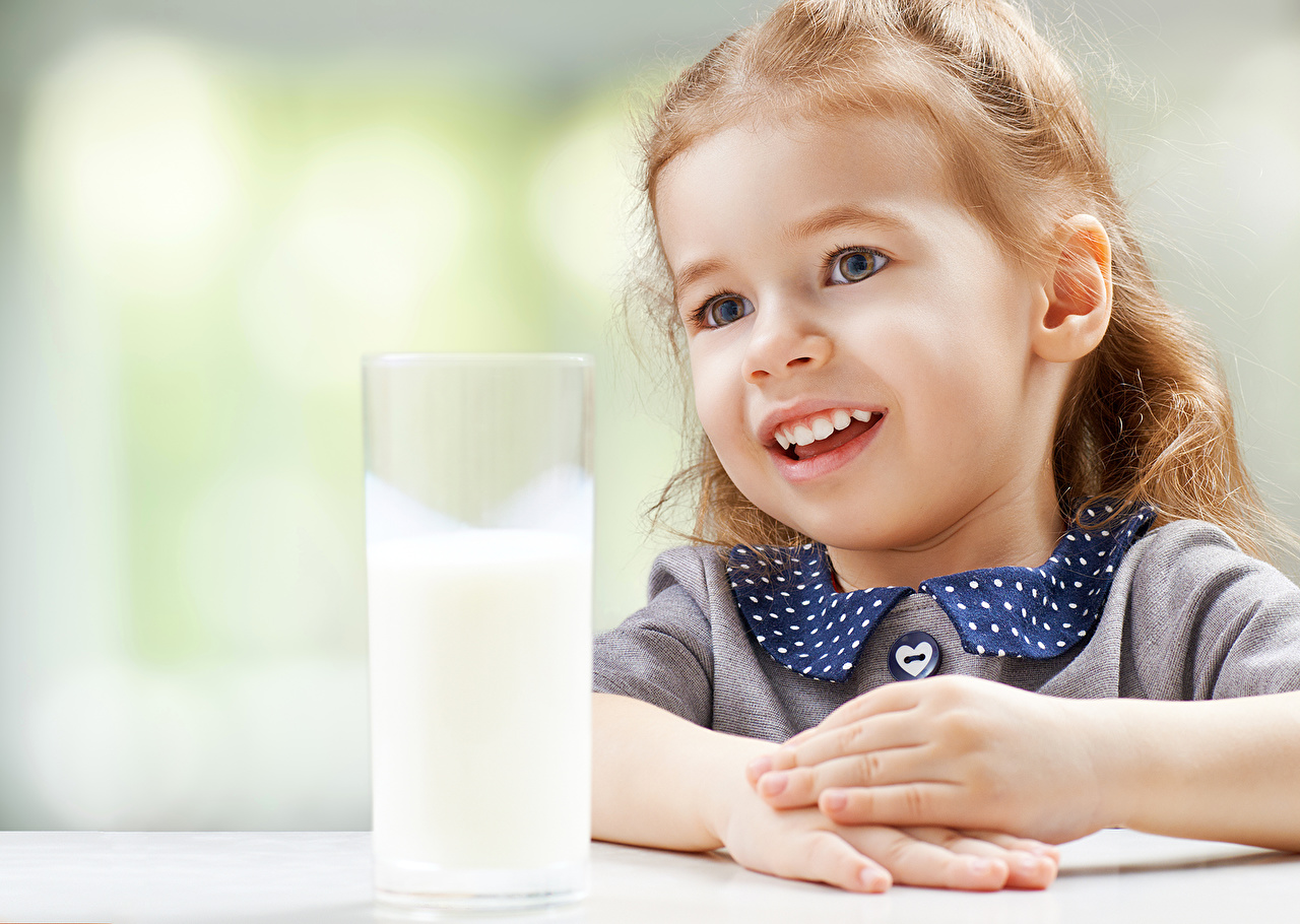 Bilder Milch Kleine Mädchen Kinder Trinkglas
