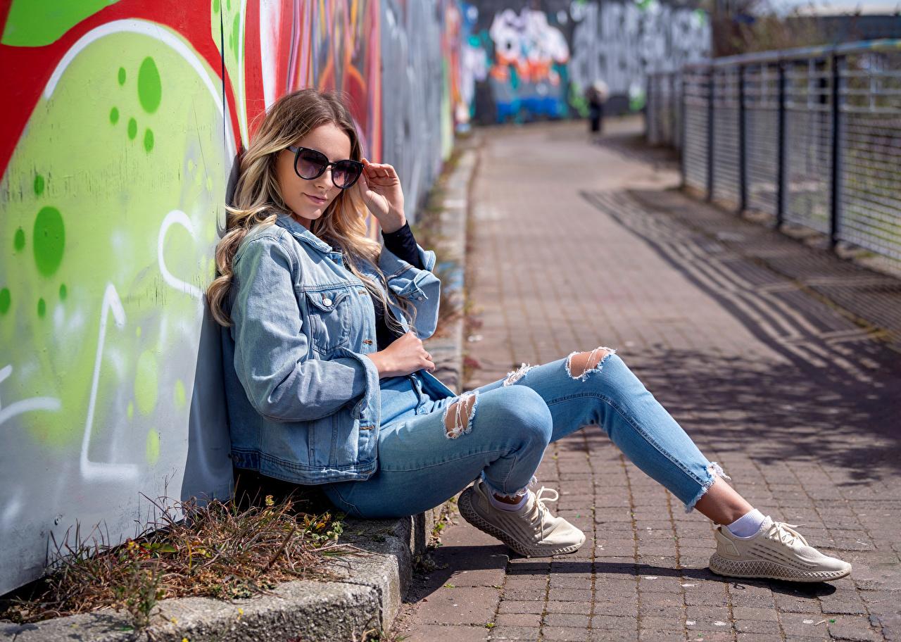 Bilder von Wikky Jacke junge Frauen Jeans Brille Starren Mädchens junge frau Blick
