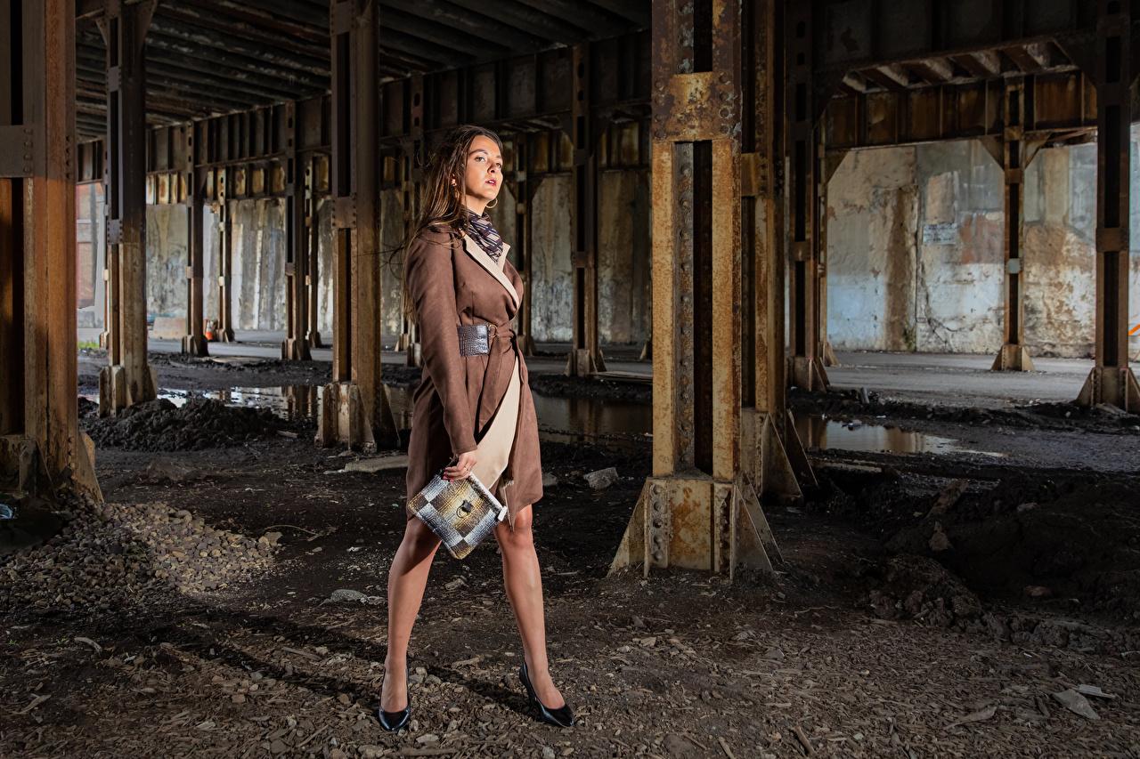Fotos von Model Falyn Bruce posiert junge Frauen Bein Umhang Blick Pose Mädchens junge frau Starren