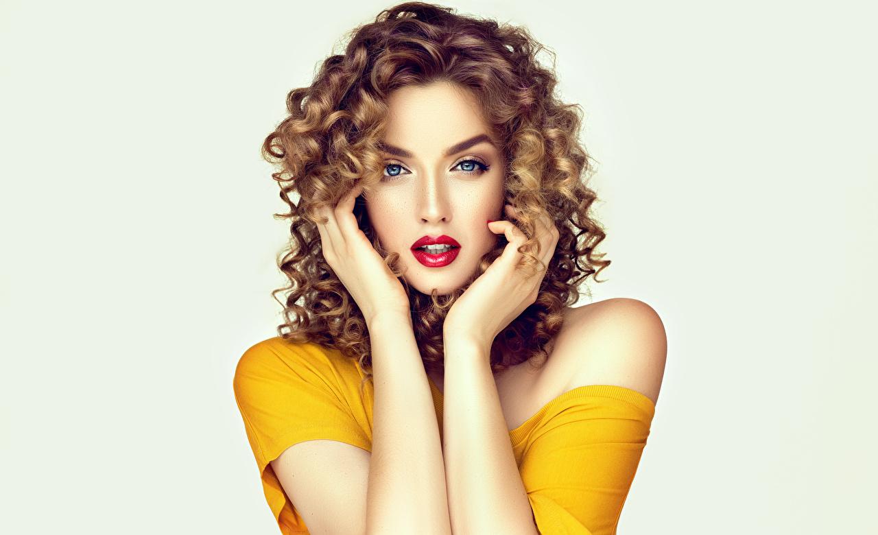 Boucles Fond gris Aux cheveux bruns Voir Main Lèvres rouges Cheveux Belles Coiffure jeune femme, jeunes femmes, Regard fixé, beaux, beau, belle, coiffures Filles