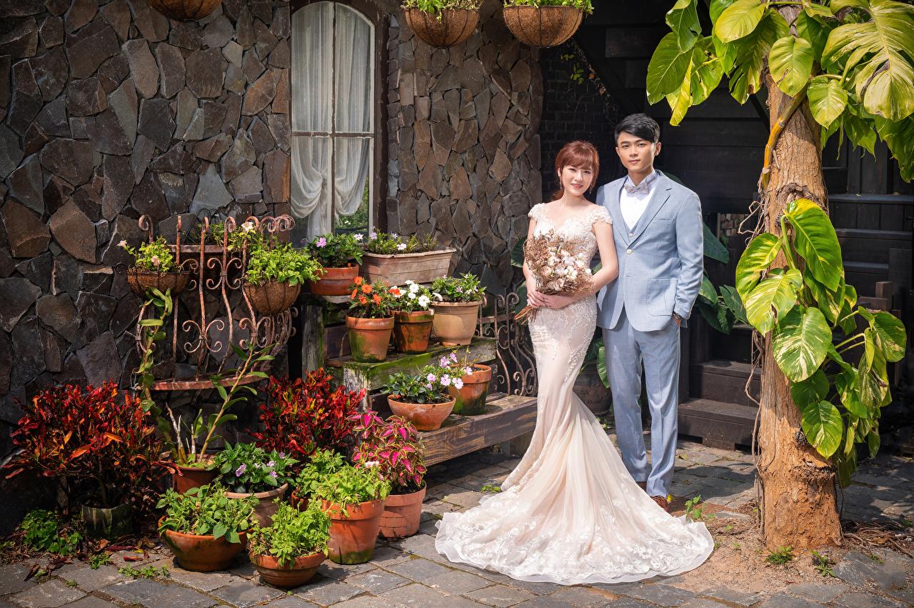 Bilder på skrivbordet Brudgummen Brud Bröllopet blomsterbukett Två 2 ung kvinna Asiater Kostym Klänning brudgummens brudar Bröllop Buketter Unga kvinnor asiatisk kavajkostym