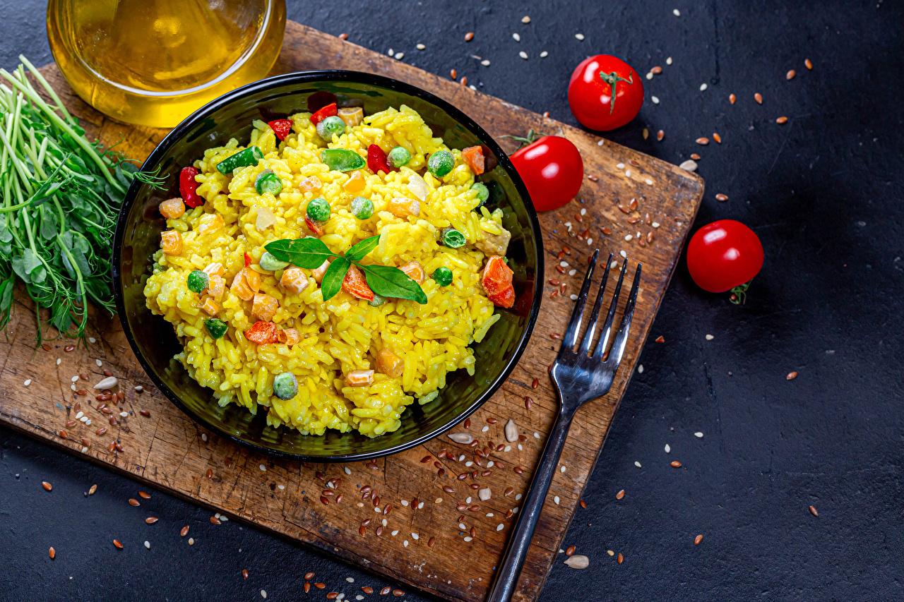 Fotos von Reis Tomaten Gabel Teller Gemüse Lebensmittel Schneidebrett Tomate Essgabel das Essen